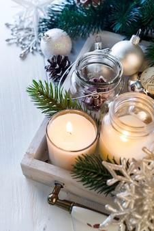 Brennende kerze und weihnachtsdekoration