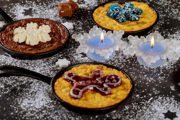 Brennende kerzen auf dem esstisch mit essen, dekoriert für die weihnachtsnacht