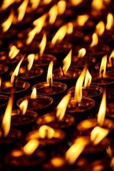 Brennende kerzen im buddhistischen tempel. dharamsala, himachal pradesh