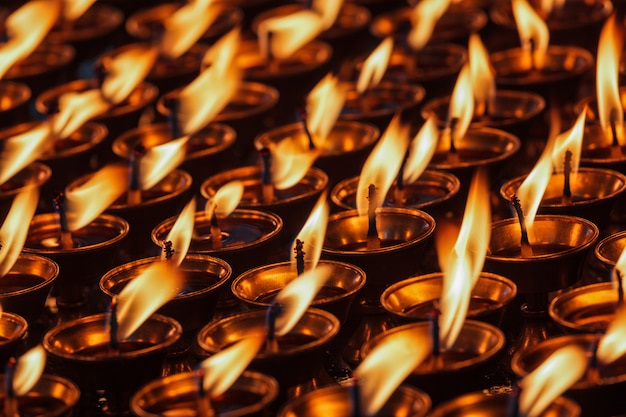 Brennende kerzen im buddhistischen tempel