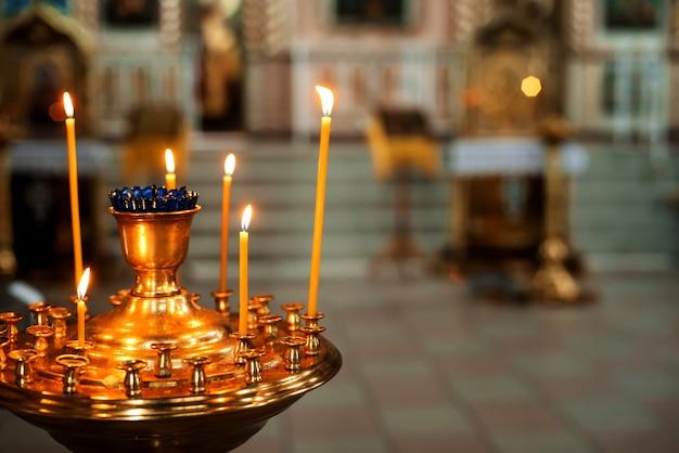 Brennende kerzen in der orthodoxen kirche. symbol der religion