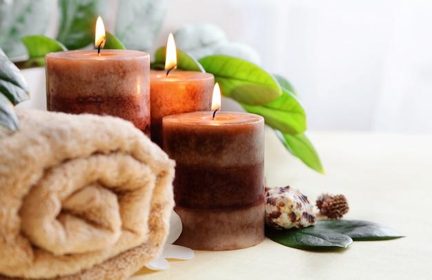 Brennende kerzen und ein handtuch. steintherapie. spa behandlung.