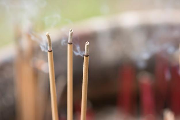 Brennende räucherstäbchen im tempel. es gibt viel rauch.