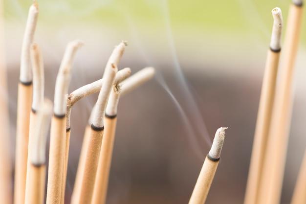 Brennende räucherstäbchen im tempel.