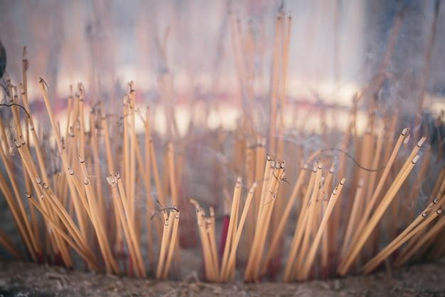 Brennende räucherstäbchen oder räucherstäbchen mit rauch.