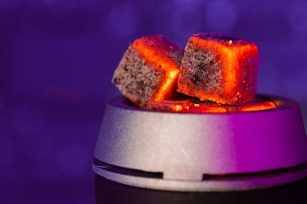 Brennende shisha-kohlen in shisha-schüssel schließen foto oben