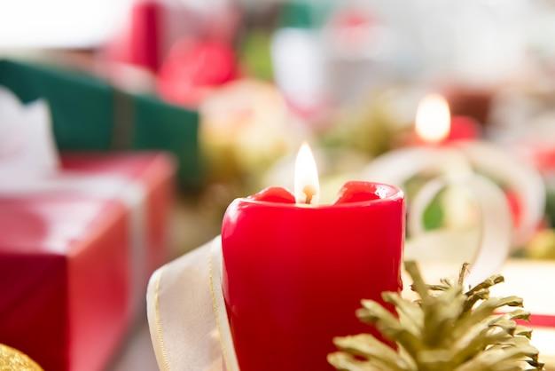 Brennende weihnachtskerze auf dem tisch