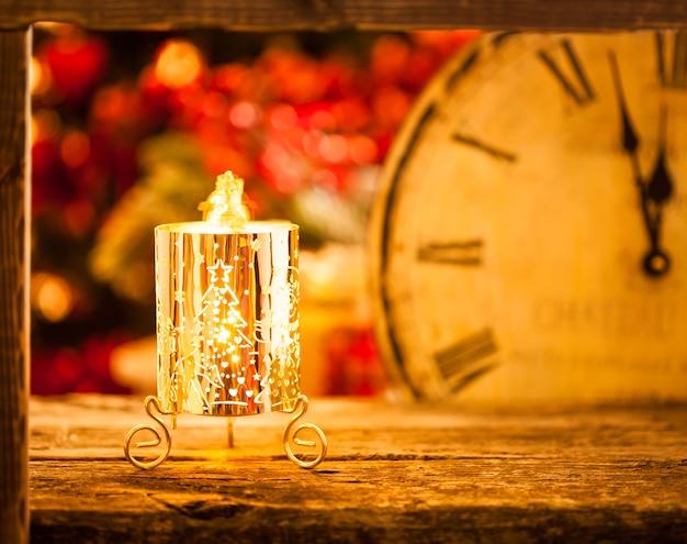 Brennende weihnachtskerze um mitternacht. neujahrskonzept