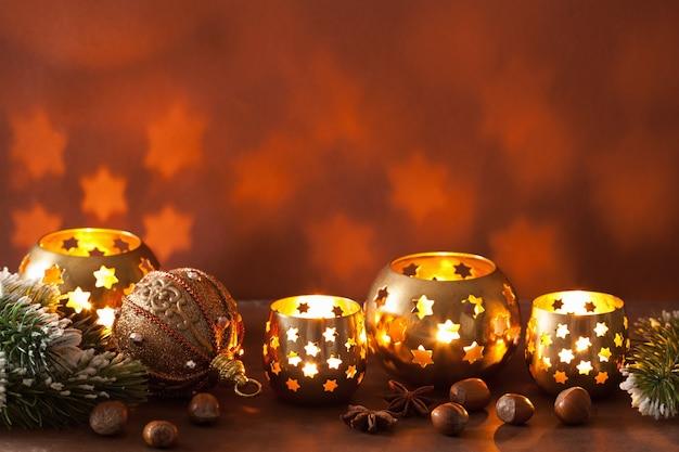 Brennende weihnachtslaternen und dekoration