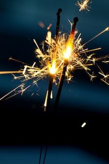 Brennende wunderkerzen in der nacht