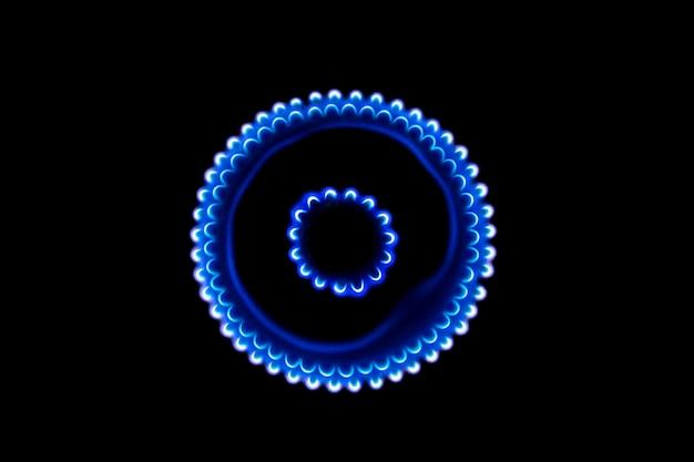 Brennender gasbrenner in der dunkelheit