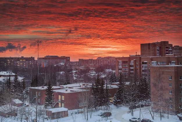 Brennender himmel im morgengrauen über der stadt am frostigen wintermorgen
