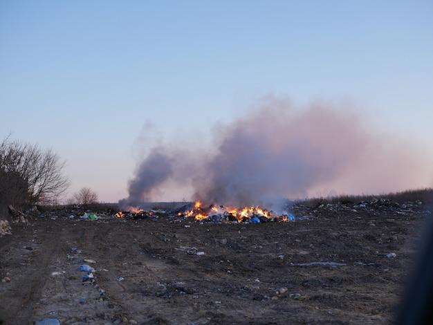 Brennender müll auf dem land