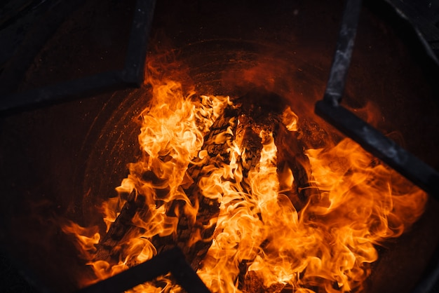 Brennender müll im fass. hintergrundbild der flamme