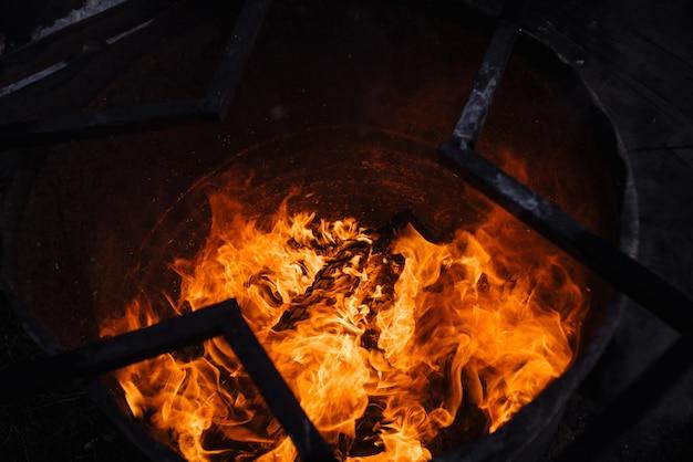 Brennender müll im fass