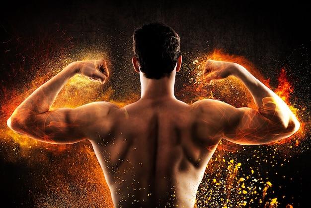 Brennender muskulöser rücken