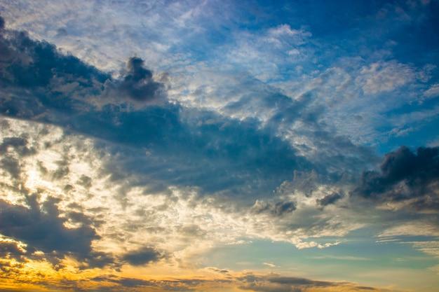 Brennender orange sonnenunterganghimmel. himmel in einem schönen sonnenaufganglicht