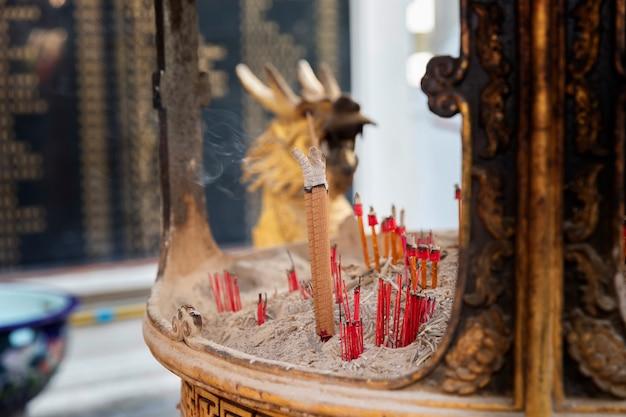 Brennender weihrauch auf weihrauchgefäß am chinesischen schrein.