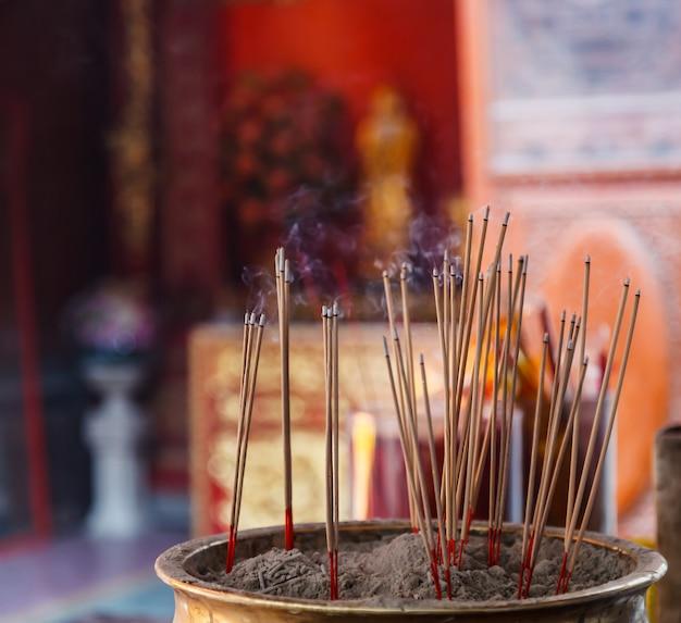 Brennender weihrauch im hintergrund des chinesischen buddhistischen tempels