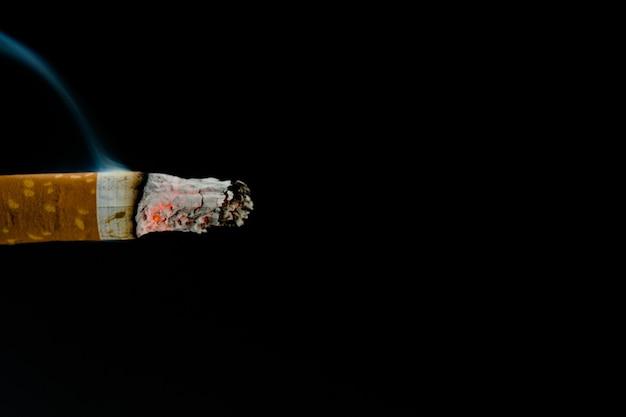 Brennender zigarettenstummel
