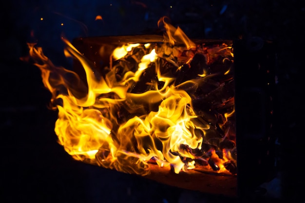 Brennendes brennholz im grill, vorbereitung für das braten des fleisches, nahaufnahme