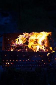 Brennendes brennholz im grill