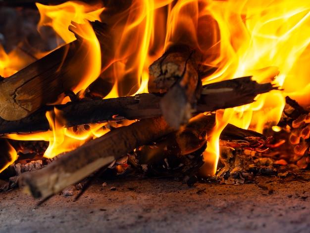 Brennendes brennholz im hellen feuer
