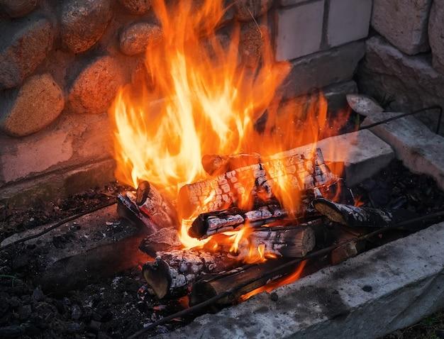 Brennendes brennholz im kamin hautnah