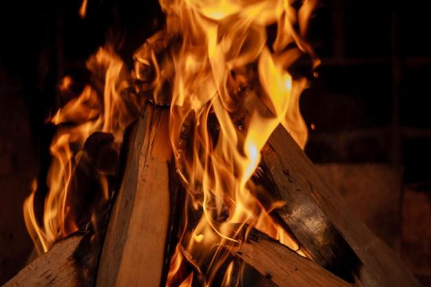 Brennendes brennholz im kamin hautnah.
