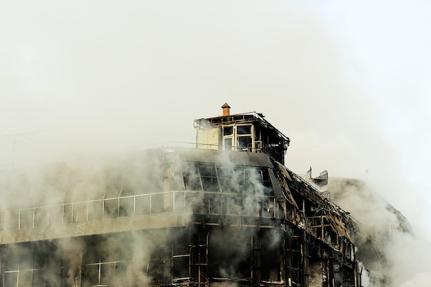 Brennendes einkaufszentrum oder mall mit rauche
