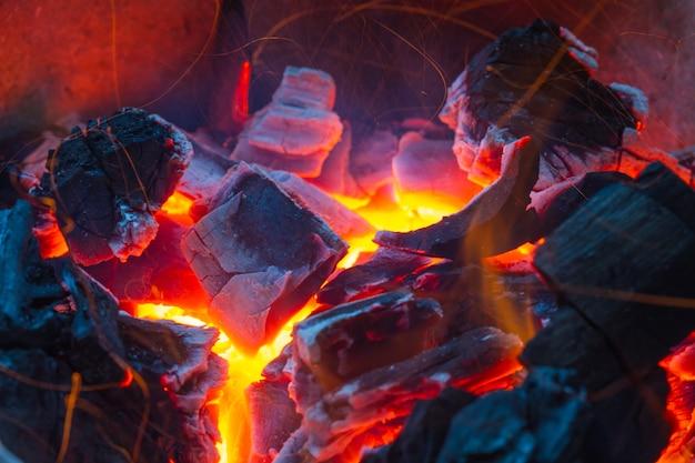 Brennendes holz im heißen ofen