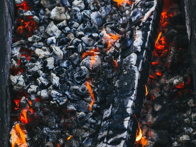Brennendes holz und heiße rote kohlen im feuer