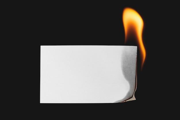 Brennendes papier, realistische flamme mit leerem designraum