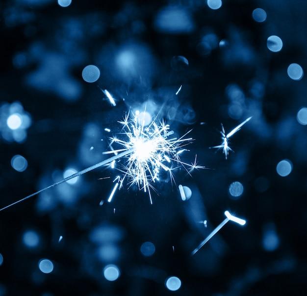 Brennendes wunderkerzefeuerwerk in der klassischen blauen farbe