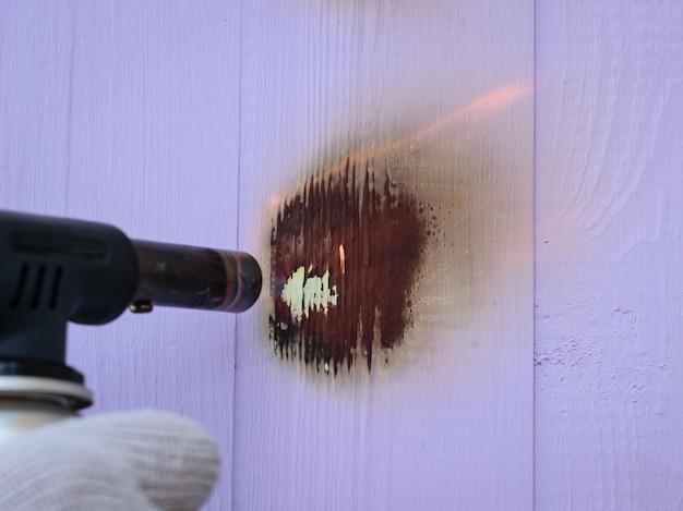 Brenner brennt lackiertes holz