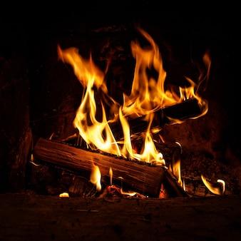 Brennholz brennen. feuer- und holzkohlebeschaffenheit.