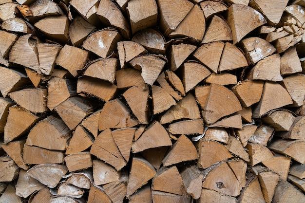 Brennholz in einem holzstapel gestapelt.