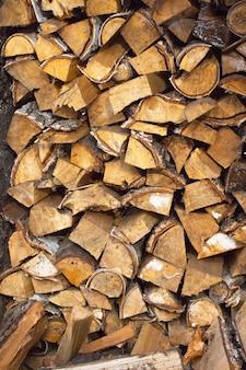 Brennholz in einem holzstapel gestapelt
