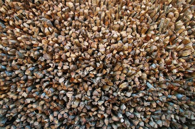 Brennholz in einem holzstapel