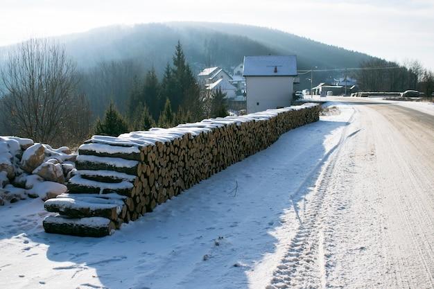 Brennholz-stapel entlang der waldstraße.
