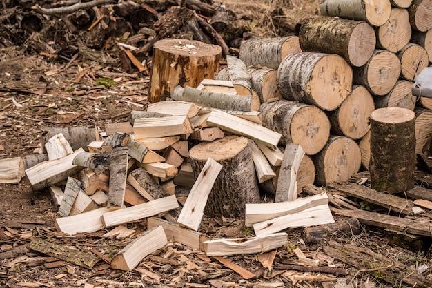 Brennholz stapeln. haufen von brennholz-loggs. brennholz-hintergrund.