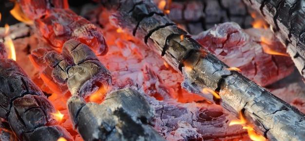 Brennholz und heiße kohle in einem grill
