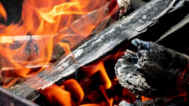 Brennholz und kohlen im grill brennen hautnah