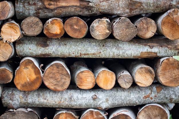 Brennholz wird in verschiedenen reihen gelegt