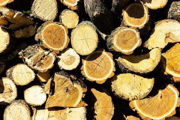 Brennholzstruktur in einer wand gestapelt