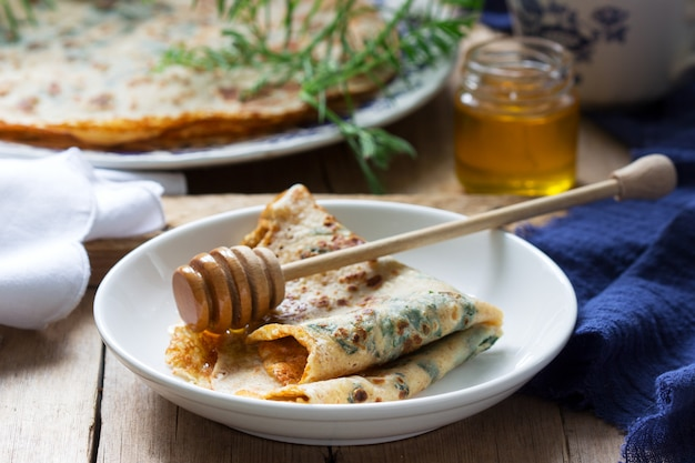 Brennnessel-spinat-pfannkuchen mit honig und kaffee