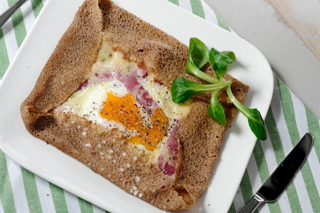 Bretonischer crêpe mit ei in weißer platte