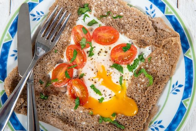 Bretonischer crêpe mit ei und tomaten