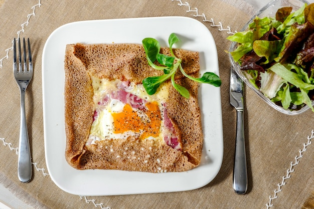 Bretonischer krepp mit ei in der weißen platte