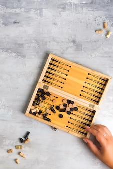 Brett für das spielen von backgammon mit stücken und würfeln. ansicht von oben